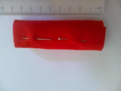 Manualidades Caseras Faciles rulito de fieltao para hacer Broche en forma de petardo con pañuelo