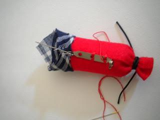 Manualidades Caseras Faciles como poner el Broche a un petardo rojo con pañuelo