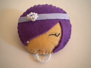 Manualidades caseras Inma broche muñeca fashion de fieltro color violeta