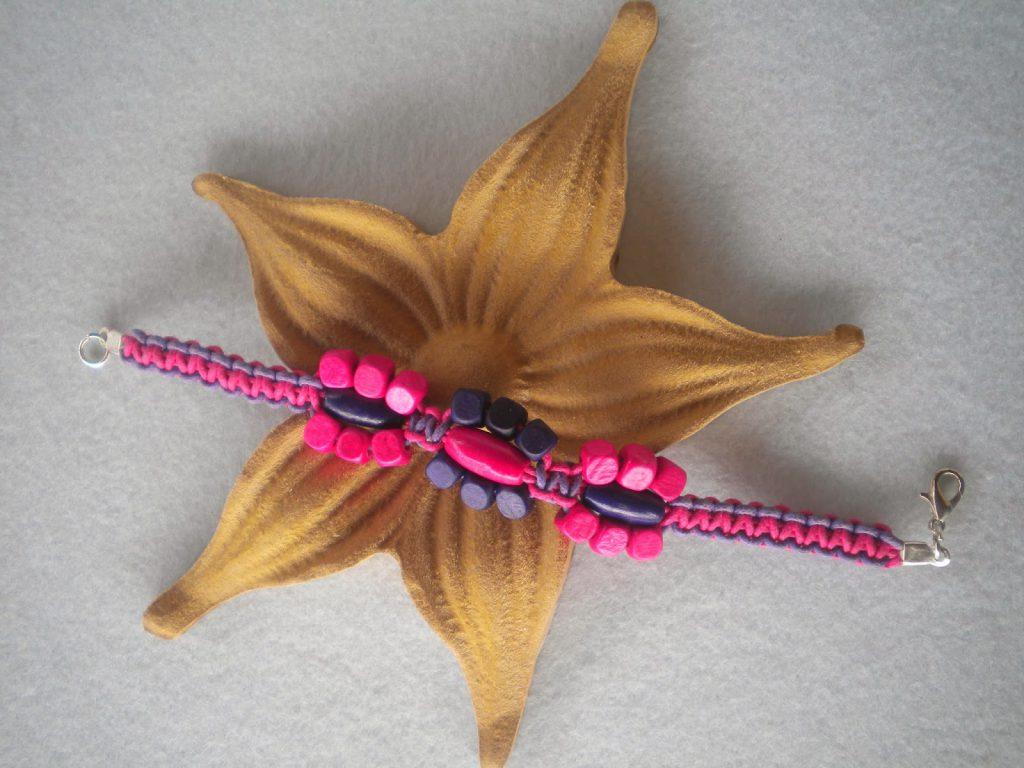 Manualidades caseras Inma pulseras macrame de flores rosa y violeta