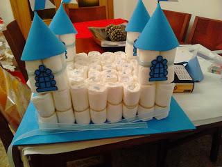 manualidades caseras faciles Castillo de pañales y goma eva de color azul