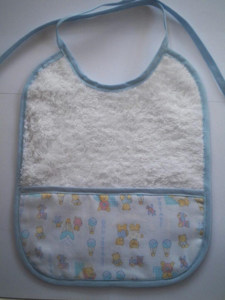 manualidades caseras faciles Baberos hechos con telas de niños