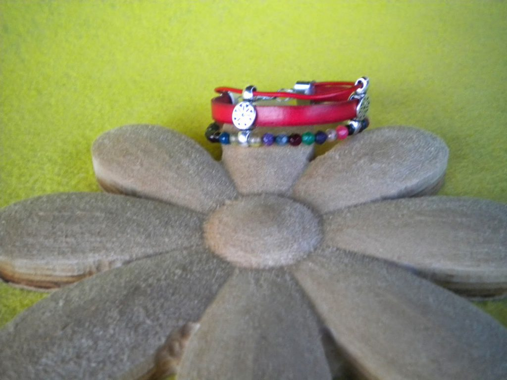 manualidades caseras faciles regalo dia de la madre pulseras cuero y cristal roja