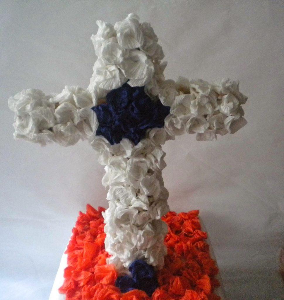 Manualidades Caseras Inma cruz de mayo hecho con flores de papel