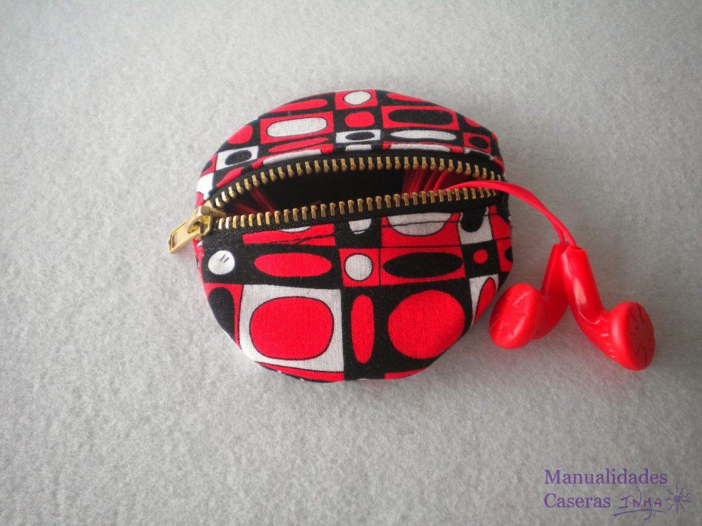 Manualidades Caseras Inma guarda auriculares de tela de formas geométrica roja , negra y blanca