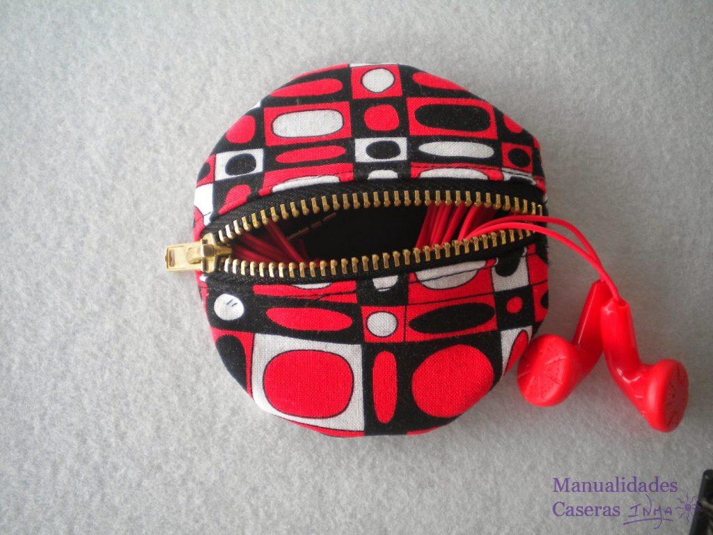 Manualidades Caseras Inma Estuche para auriculares de tela de formas geométrica roja, negra y blanca