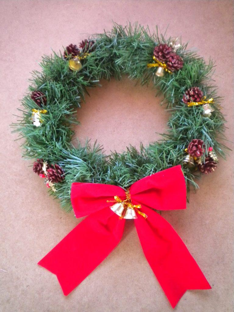 Manualidades Caseras Inma_Corona Navidad Low Cost con campanitas piñas y un lazo