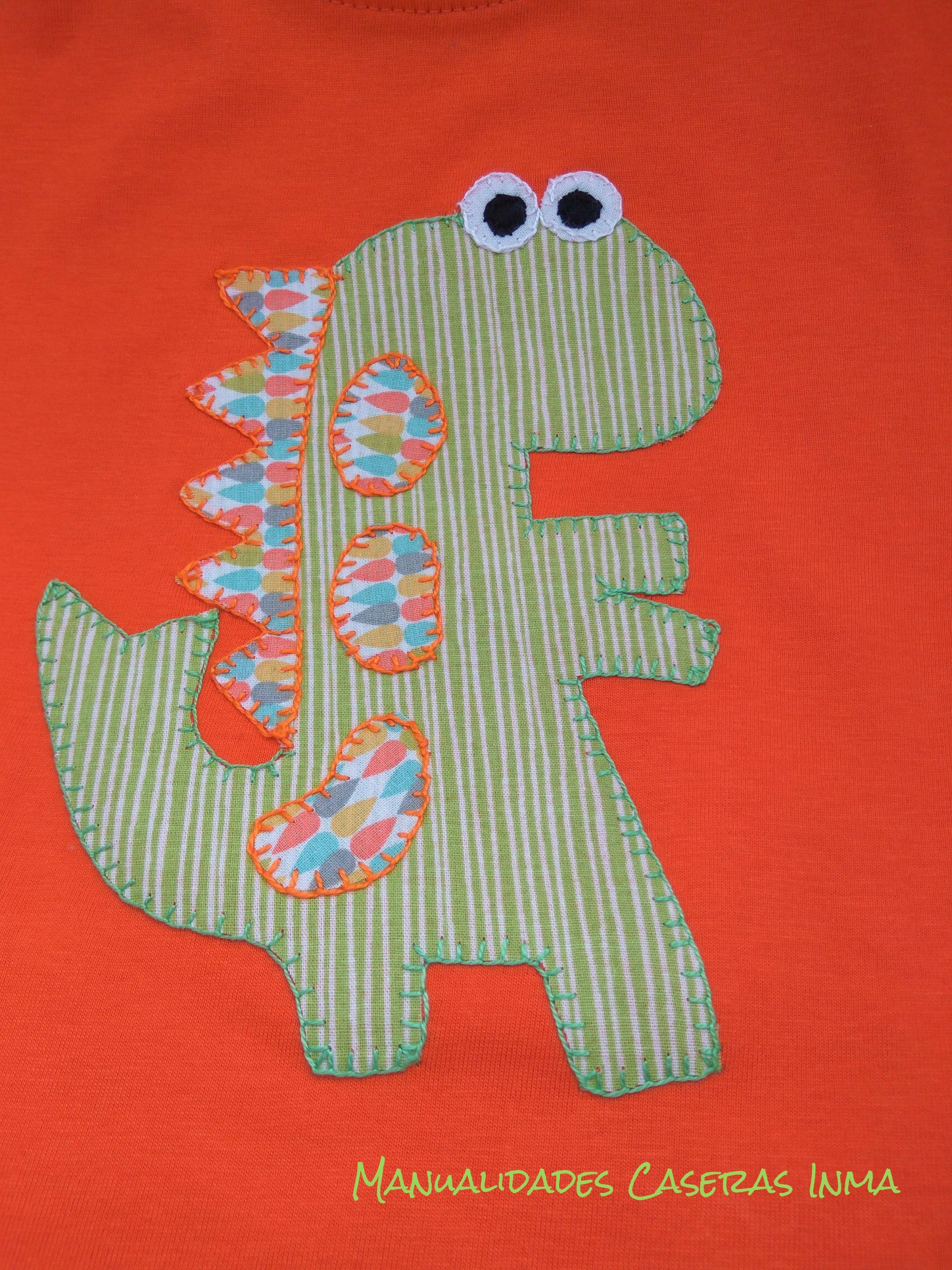 Manualidades Caseras Inma_ Camiseta dinosaurios en naranja detalle