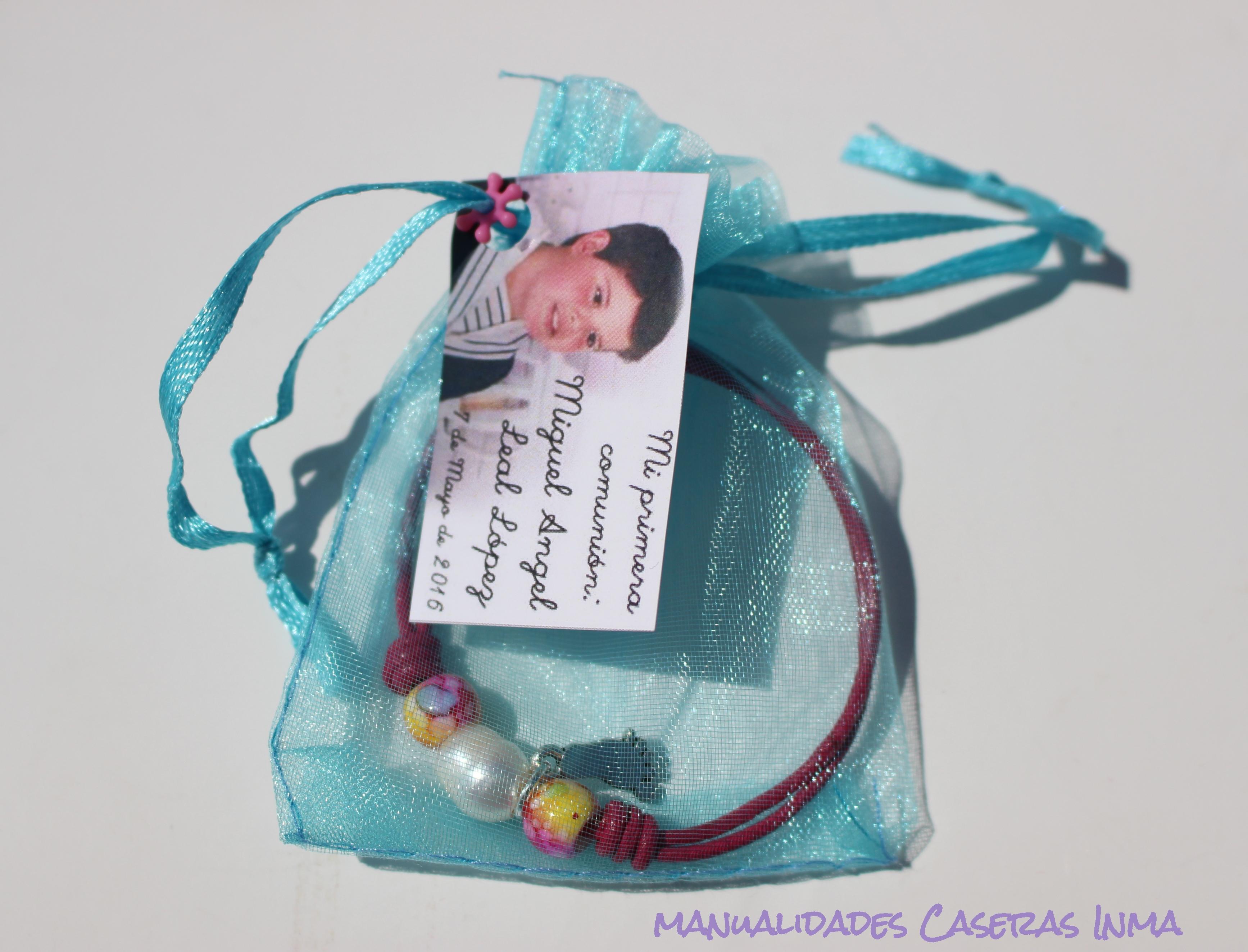 Manualidades Caseras Inma_Recuerdo de comunión _Pulseras cuero de colores con bolsita regalo