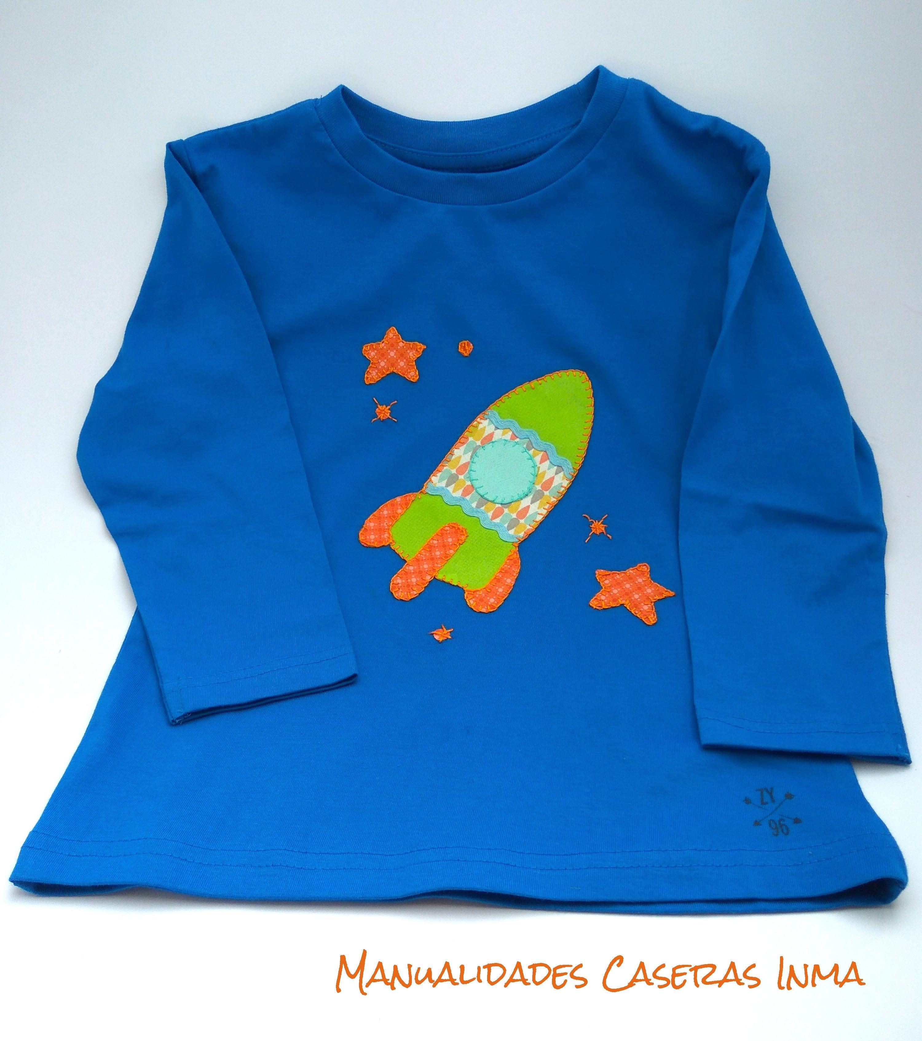 Manualidades Caseras Inma_ Camiseta cohete de colores en camiseta azul
