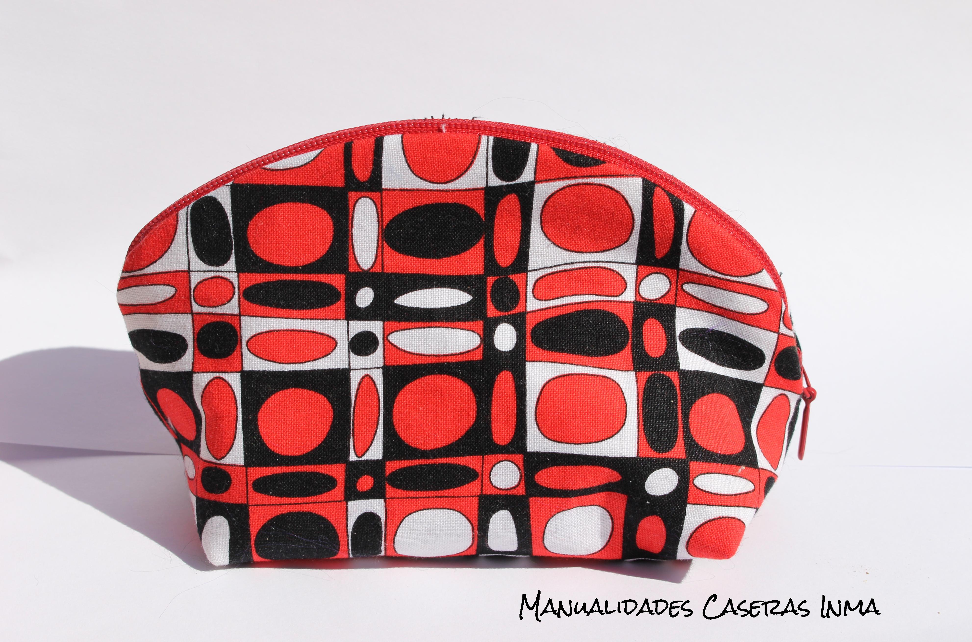 Manualidades Caseras Inma_Neceser con tela de cuadrados y circulos en rojo , negro y blanco