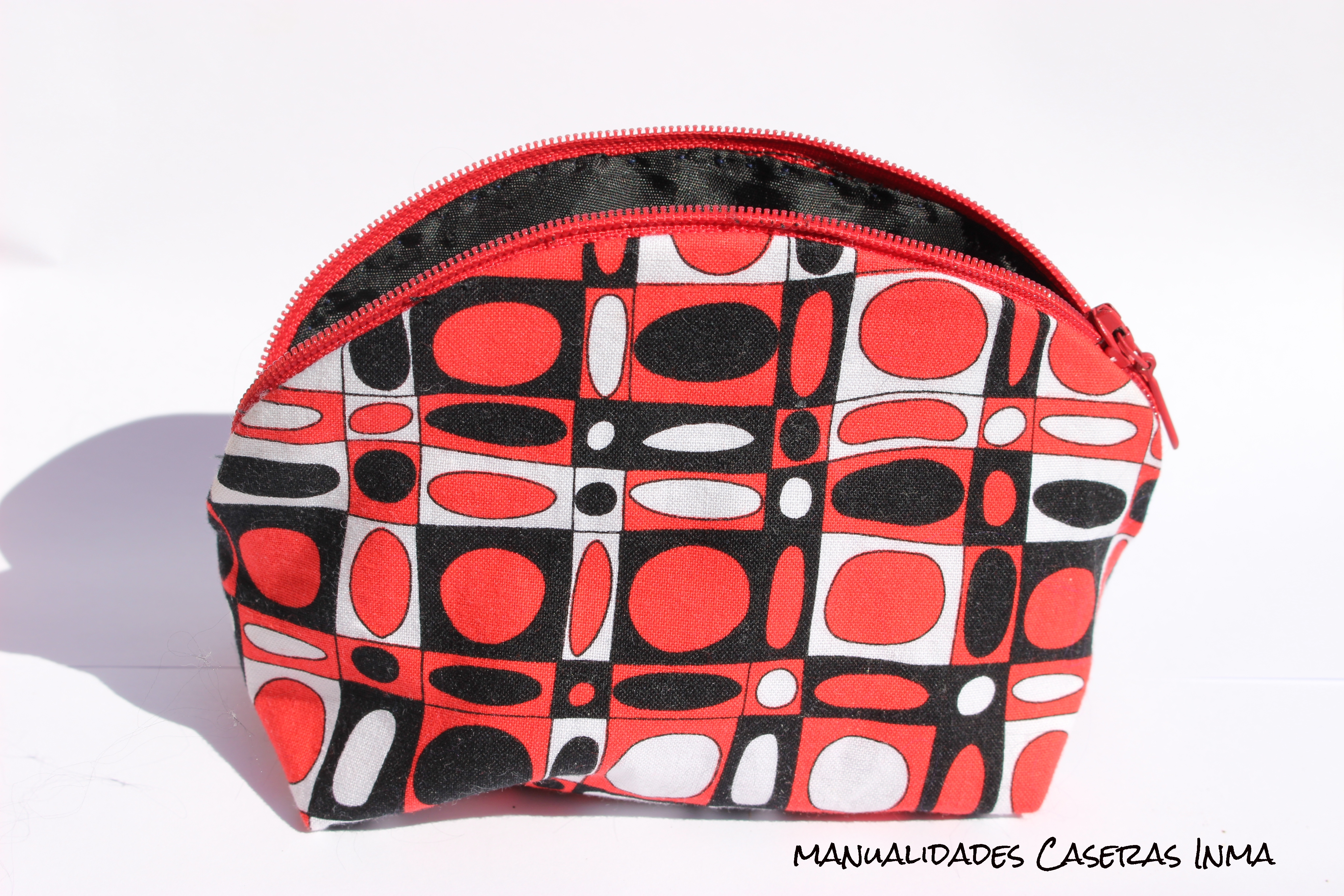 Manualidades Caseras Inma_ Neceser rojo , negro y blanco