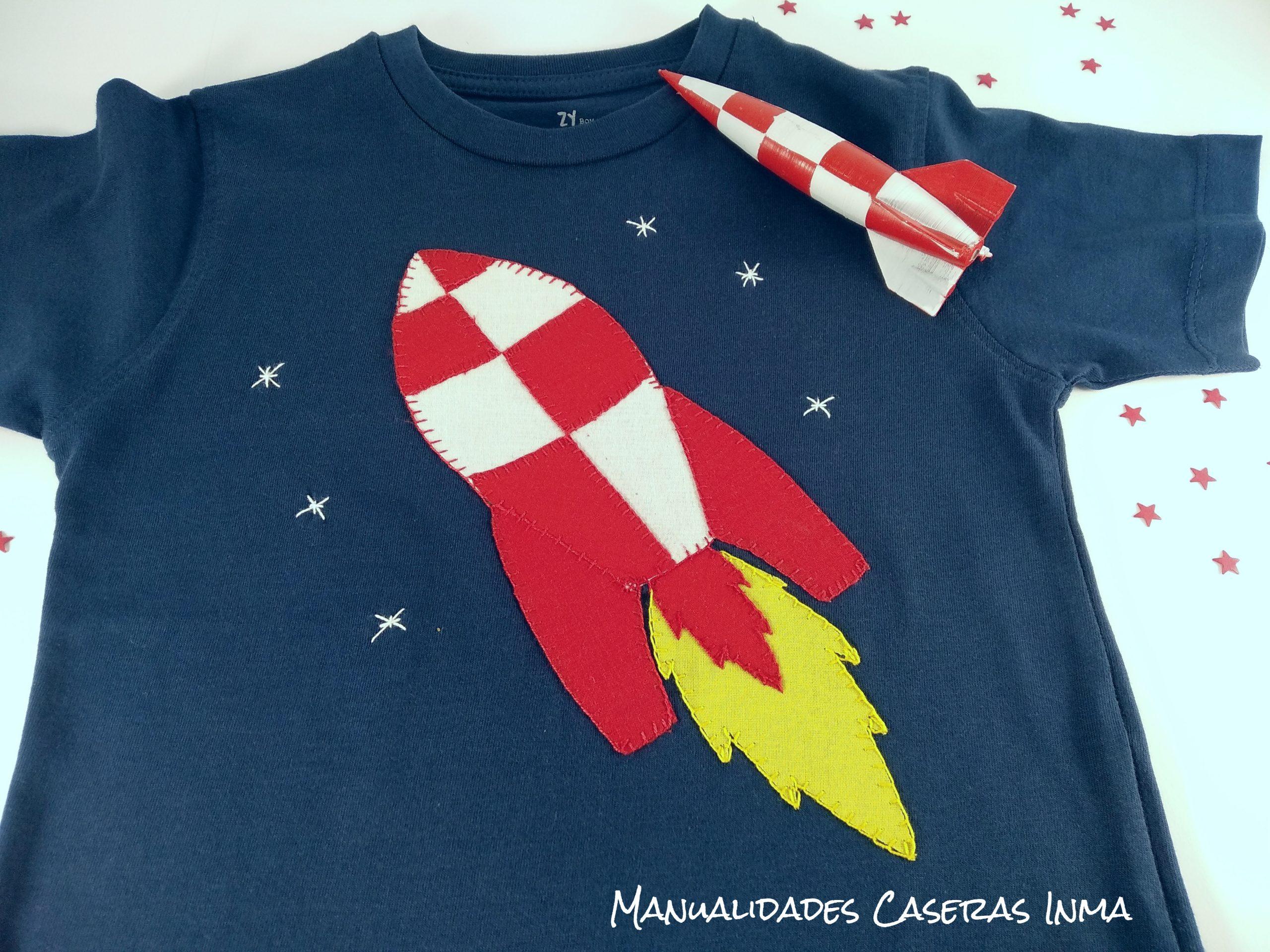 Manualidades Caseras Inma_ camiseta cohete rojo y blanco en camiseta azul marino