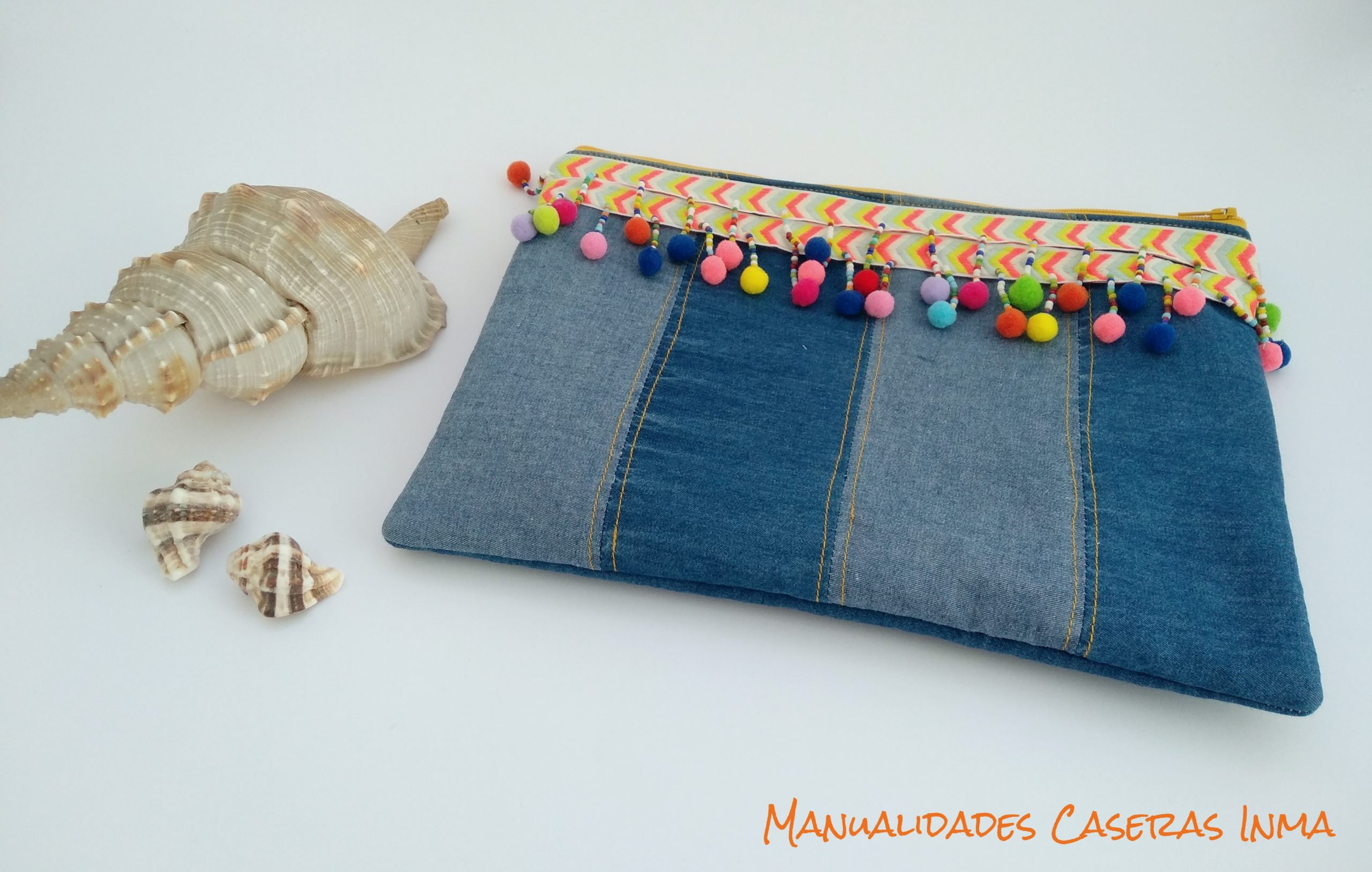 Manualidades Caseras Inma_ Bolso vaquero de mano con borlas